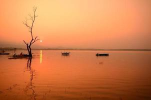 paysage pittoresque du lac au lever du soleil