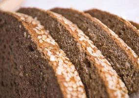 rebanadas de pan apiladas en rodajas en una fila foto