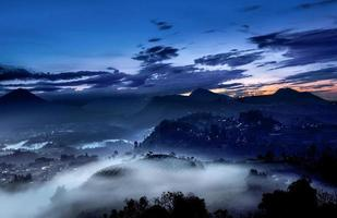 paysage de lever du soleil nature, brouillard et brume