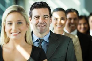grupo de empresarios en una fila foto