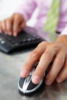 Cerrar hombre usando el teclado y el mouse foto