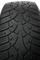 pneu cravejado de inverno velho