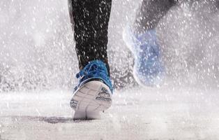 mujer corriendo en invierno