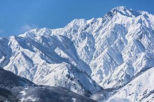 montañas de invierno con nieve. foto