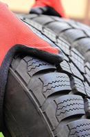 Gros plan du pneu de voiture d'hiver