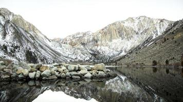 montañas con lago