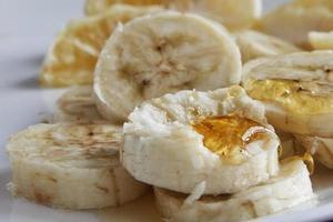rodajas de banana con miel foto