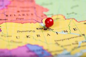 chincheta roja en el mapa de Ucrania foto