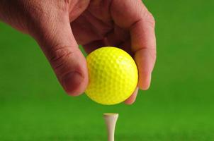 pelota de golf y tee foto