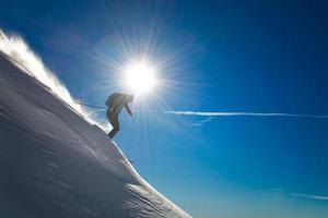 esquiador en nieve fresca foto