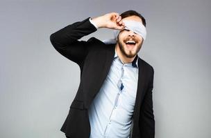 hombre elegante con los ojos vendados foto