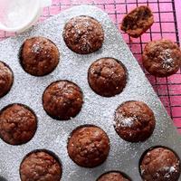 mini muffins de banana com chocolate