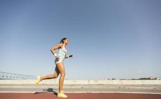 mujer joven corriendo foto