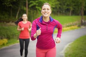 amigos sonrientes corriendo al aire libre foto
