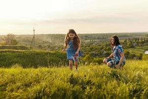 niña corriendo en el prado foto