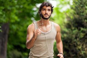 hombre corriendo en un parque