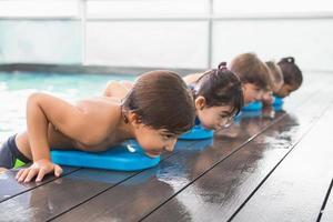 linda clase de natación en la piscina foto