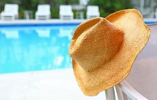 sombrero de mimbre con piscina foto