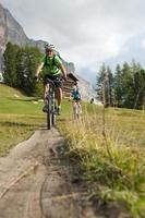 Bergwanderweg bergab - nicht allein
