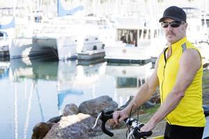 hombre con bicicleta foto