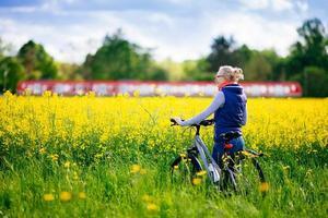 chica con bicicleta en pradera foto