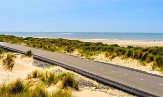 carril bici junto a la playa foto