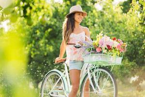hermosa chica en bicicleta