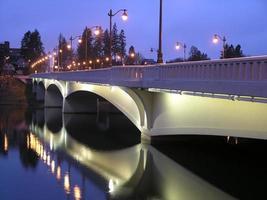 puente nocturno foto