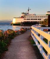 Ferry del estado de Washington durante el atardecer. foto