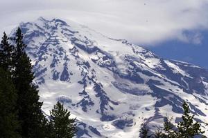 Monte Rainier con águilas