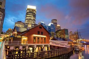 Boston Harbor y el distrito financiero en el crepúsculo en Boston foto