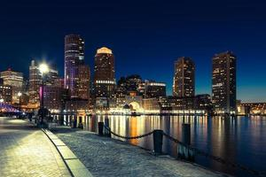 horizonte de boston por la noche - massachusetts - estados unidos foto