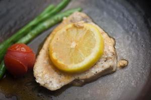 cocina japonesa yakizakana kajiki (broadbr ill pez espada salteado en butte) foto
