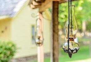 lámpara de aceite en el porche foto