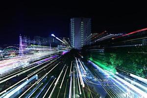 nacht uitzicht op de stadslichten van het resort