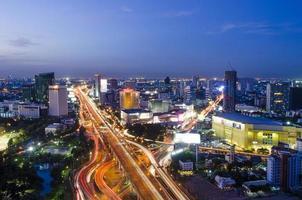 crepúsculo en el paisaje de la ciudad de bangkok, plaza central lardprao