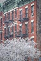 edificio de la cocina del infierno y árbol cubierto de nieve, invierno, nueva york