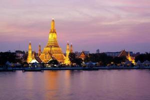 Wat Arun en el crepúsculo rosado del atardecer, Bangkok, Tailandia