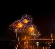 escena nocturna de fuegos artificiales multicolores, vista del río del paisaje urbano de Bangkok,