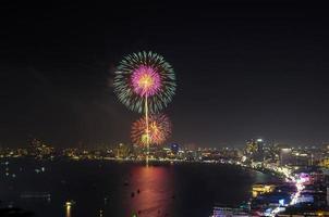 escena nocturna de fuegos artificiales multicolores, pattaya paisaje urbano mar playa vi
