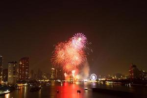 celebración de fuegos artificiales cuenta regresiva bangkok cuenta regresiva en el río foto