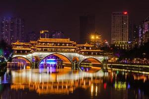 vista nocturna del puente anshun en chengdu