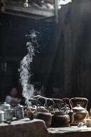 Calderas de metal hirviendo en una estufa de té, Chengdu, China