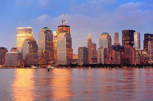 panorama de anochecer manhattan nueva york foto