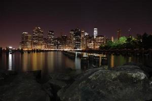 Torres en la isla de Manhattan en la noche. nueva York. foto