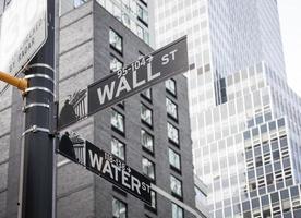wall street road sign nueva york bolsa de valores foto