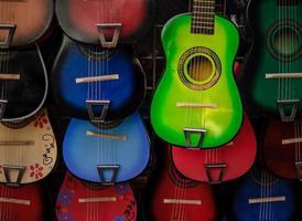 guitarras coloridas na rua olvera