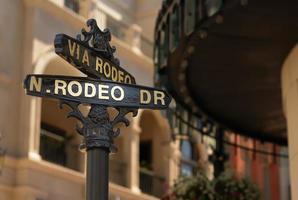 Primer plano de rodeo drive street sign en Beverly Hills
