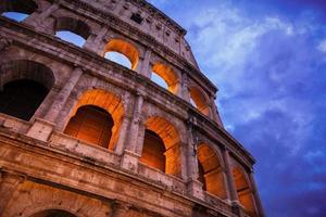 Vista notturna del Colosseo romano, Roma, Italia.