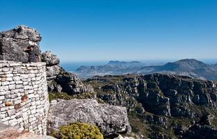 turista en la cima de la montaña de la mesa foto